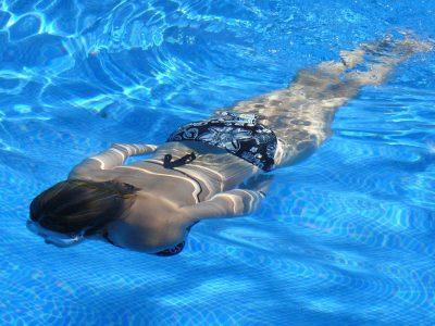 Gravid och bada i simbassäng